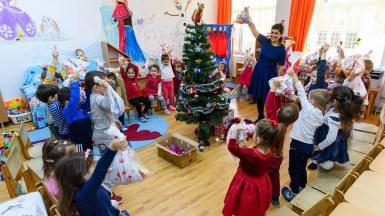 Toți copiii școlari și preșcolari au fost vizitați de ajutoarele lui Moș Nicolae. FOTO Primăria Cumpăna
