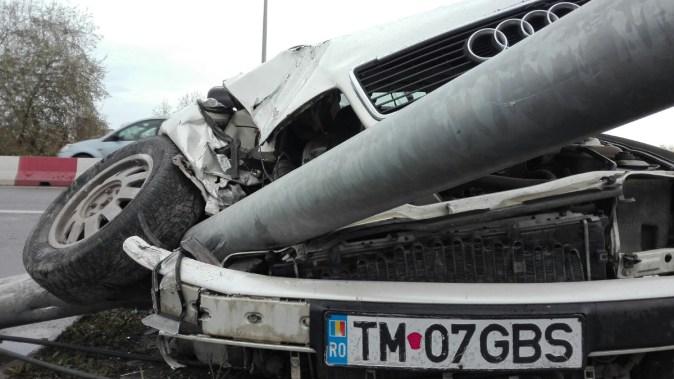 Mașina scăpată de sub control a pus stâlpul la pământ. FOTO CTnews.ro