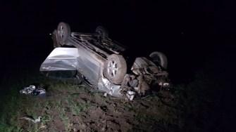 În urma impactului, mașina s-a răsturnat pe câmp. FOTO CTnews.ro