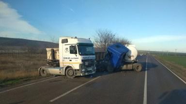 În urma impactului dintre cei doi mastodonți, unul dintre șoferi a rămas încarcerat. FOTO ISU Dobrogea/SAJ