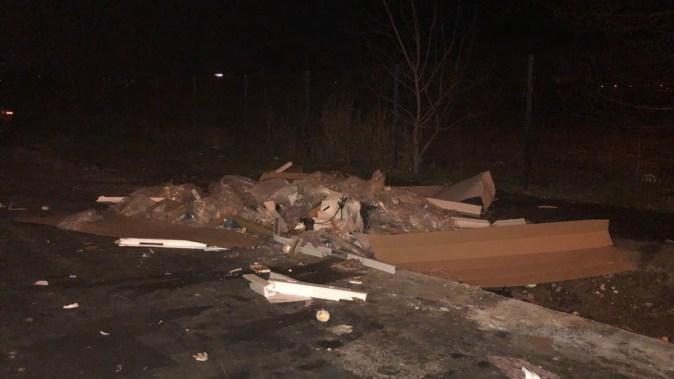 Gunoiul scos din mașină a rămas abandonat pe marginea drumului. FOTO Facebook