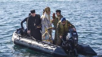 IPS Teodosie a ieșit pe mare pentru a sfinți apa. FOTO Cătălin Schipor