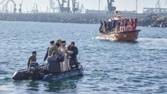 IPS Teodosie a sfințit apa și a aruncat trei cruci de lemn în apa mării. FOTO Cătălin Schipor