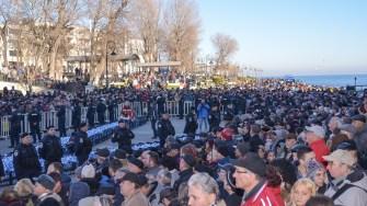 Mii de oameni au așteptat să își ia sticlele cu aghiazmă. FOTO Cătălin Schipor