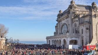 Mii de oameni au așteptat pe faleză slujba de Bobotează. FOTO Cătălin Schipor
