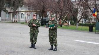 Rechinul Alb, plutonierul adjutant principal Ion Cristinel Cazacu, a fost felicitat de către generalul de brigadă Dorin Toma.,FOTO MAPN/Gheorghe Gabără