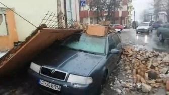 Peretele unei case de pe strada Ștefan Mihăileanu a căzut peste o mașină parcată. FOTO Facebook/Edy Mustafa