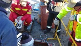 Echipele de salvare au intervenit pentru salvarea unui bărbat căzut într-un puț pe ecluza din Ovidiu. FOTO ISU Dobrogea