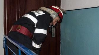 Pompierii l-au ținut de vorbă prin ușă pe copilul încuiat în casă pentru ac acesta să nu se mai apropie de geam. FOTO Cătălin Schipor