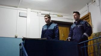 Polițiștii au reușit în ultimul moment să dea de tatăl minorului încuiat în casă. FOTO Cătălin Schipor