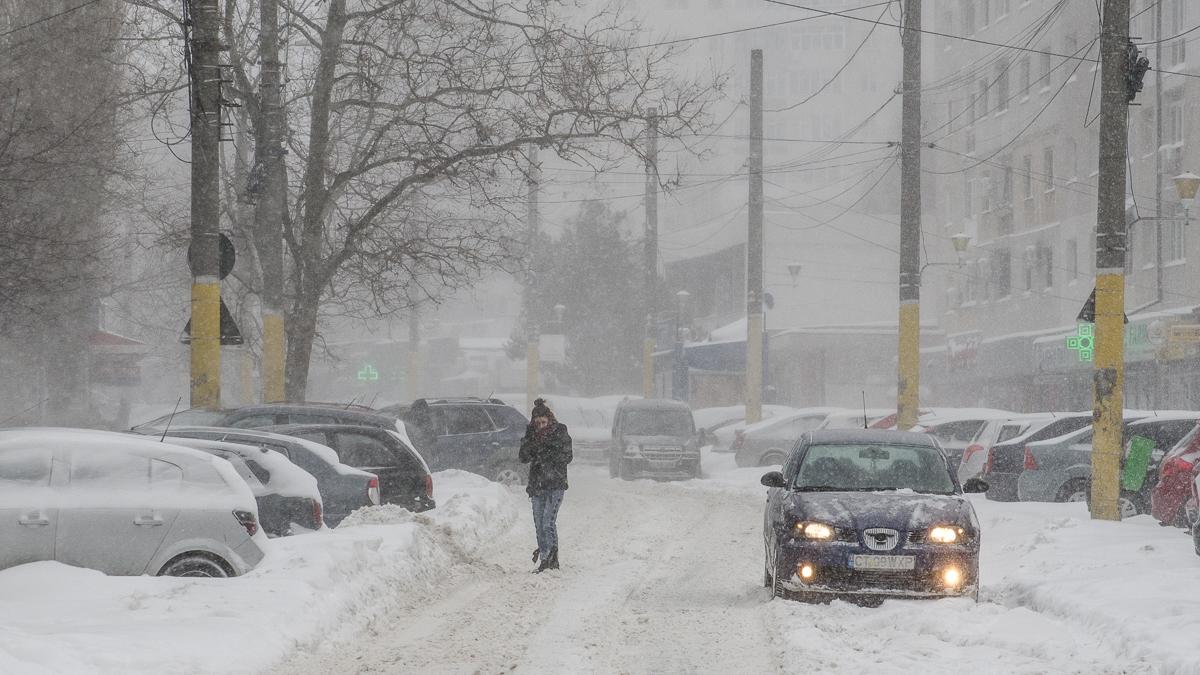 zapada iarna oameni masini trafic (1)