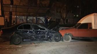 BMW-ul și-a oprit cursa nebunească într-o dacie parcată