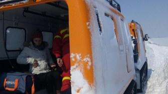 Pacienta a fost preluată cu o șenilată. FOTO ISU Dobrogea