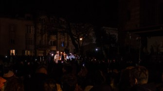 Lumina învierii a ajuns la constănțenii strînși la Arhiepiscopie, cu întârziere. FOTO Cătălin Schipor