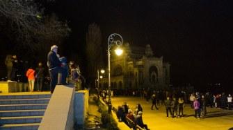 Constanțenii au așteptat în zadar pe faleza Cazinoului să apară IPS Teodosie de pe mare cu lumina Învierii. FOTO Cătălin Schipor