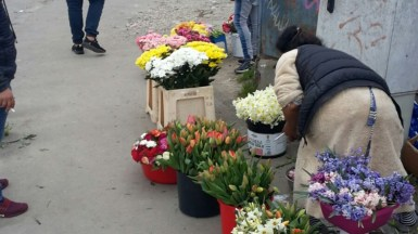 Florăresele de la porțile cimitirelor au fost amendat de către polițiștii locali. FOTO DGPL Constanța