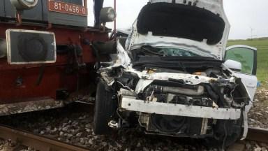După impact, mașina condusă de femeia de 66 de ani a fost târâită pe calea ferată. FOTO ISU Dobrogea
