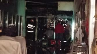 O alimentară și alte două magazine au fost distruse de un incendiu izbucnit în Piața Roșu. FOTO ISU Dobrogea