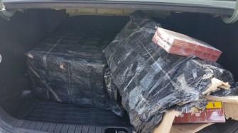 Polițiștii de frontieră au confiscat mai multe țigări și au indisponibilizat trei autoturisme. FOTO Poliția de Frontieră