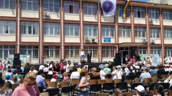"""IPS Teodosie a fost prezent la sărbătorirea celor 50 de ani a Școlii 29, """"Mihai Viteazul"""". FOTO Cătălin SCHIPOR"""