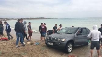 Cu chiu cu vai, brăileanul a reușit să își scoată SUV-ul din mare. FOTO Ctnews.ro