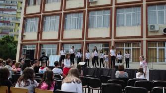 Elevi, dascăli, părinți și invitați au petrecut împreună de ziua școlii. FOTO Cătălin SCHIPOR