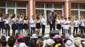 Emil Budeanu de la 3 Sud Est a cântat împreună cu copii de la Școala nr. 29. FOTO Cătălin SCHIPOR