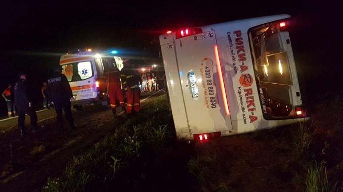 Autocar răsturnat la ieșire din Mihail Kogăniceanu. FOTO SAJ Constanța