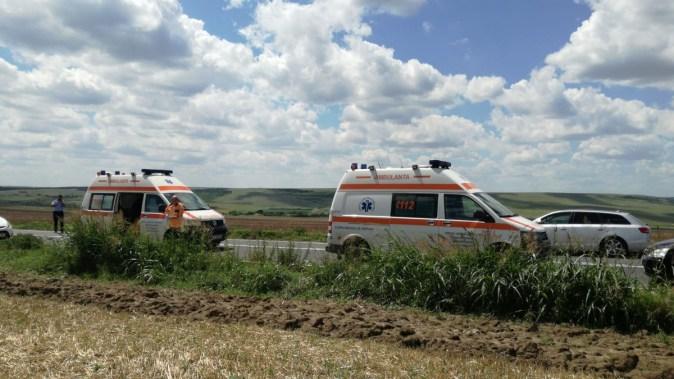 Mai multe echipaje medicale au intervenit la locul accidentului,