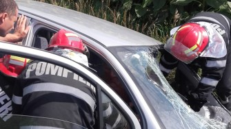 Pompierii s-au chinuit să îl scoată din mașina avariată pe șoferul rănit. FOTO ISU Dobrogea