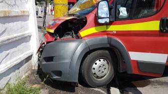 În urma impactului, autospeciala SMURD a fost serios avariată. FOTO ISU Dobrogea