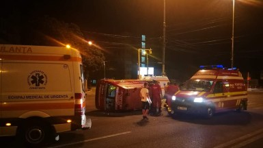 În urma impactului, autospeciala SMURD a fost răsturnată. FOTO ISU Dobrogea