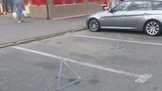Rezervările locurilor de parcare pot aduce amenzi substanțiale. FOTO DGPL Constanța