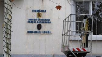 Primăria Cernavodă îmbracă haine de sărbătoare. FOTO Adrian Boioglu