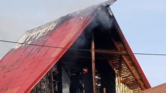 Focul a ajuns imediat la mansarda casei. FOTO CTnews.ro