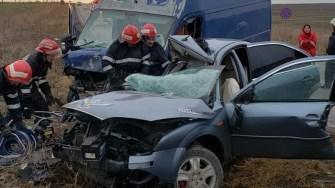 Pentru scoaterea victimelor din autoturisme au intervenit pompierii de la descarcerare. FOTO IPJ Constanța