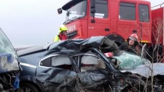 Pentru scoaterea victimelor din autoturisme au intervenit pompierii de la descarcerare. FOTO ISU Dobrogea