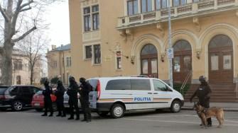 Mascații l-au escortat pe suspect la instanța de judecată. FOTO IPJ Constanța