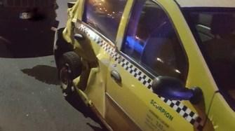 În urma impactului, taxiul a fost grav avariat, iar un pasager a fost rănit. FOTO IPJ Constanța