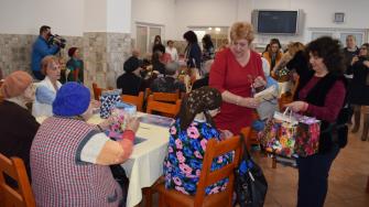 Femeile din OFSD le-au făcut o surpriză bătrânelor de la Căminul pentru persoane vârstnice