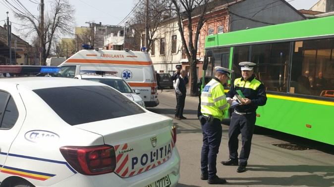 Mașina de poliție a fost acroșată de autobuz. FOTO IPJ Constanța