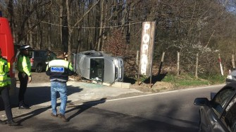În urma impactului, una dintre mașini s-a răsturnat. FOTO IPJ Constanța