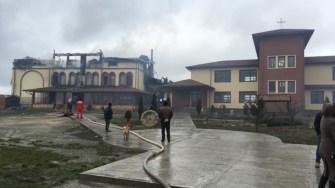 Pompierii au reușit să tingă incendiul de la mănăstire după trei ore. FOTO Viorel MATEI
