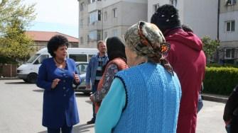 Primarul Mariana Gâju a oferit pachete cu ajutoare alimentare pentru locuitorii din Cumpăna. FOTO Ctnews.ro