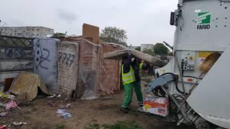 Angajații Polaris M Holding și polițiștii locali au dezafectat un adăpost improvizat. FOTO DGPL Constanța