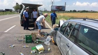 Din cauza neatenției, un șofer a lovit o autoutilitară încărcată cu băuturi. FOTO Adrian BOIOGLU