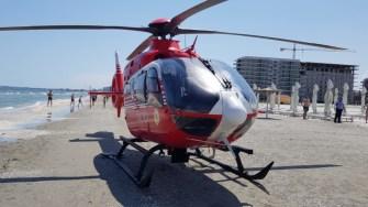 Elicopterul SMURD a aterizat pe plajă. FOTO SAJ Constanța