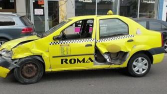 Taxiul implicat în accident a fost serios avariat. FOTO Ctnews.ro