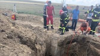 Pompierii au intervenit pentru a-l scoate pe muncitor de sub pământul prăbușit peste el. FOTO SAJ Constanța