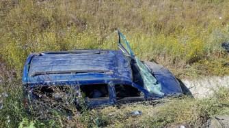Mașina scăpată de sub control a rupt parapetul și s-a răsturnat. FOTO DRDP Constanța